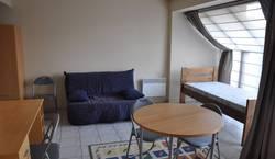 Student room   Studio meublé (état neuf et lumineux) situé à 15 min à pied du centre de Louvain La Neuve dans une zone verte de 5 hectares faisant partie de la copropriété.